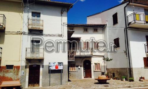 n.2 case adiacenti nel centro di Collepietro (AQ)