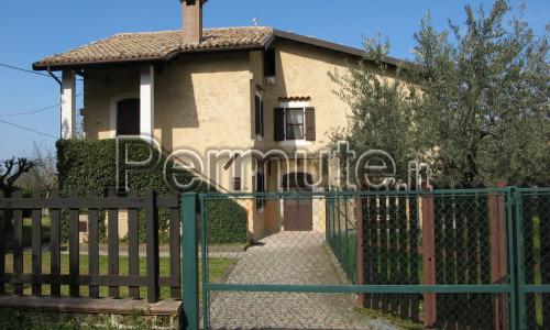 Casa rustica con ampio giardino ed oliveto
